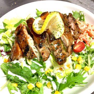 ジャークチキンライスまたはサラダ<br>Jerk chicken rice or Salad