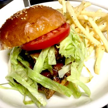 ジャークチキンバーガー フライドポテト付<br>Jerk chicken burger with French fries